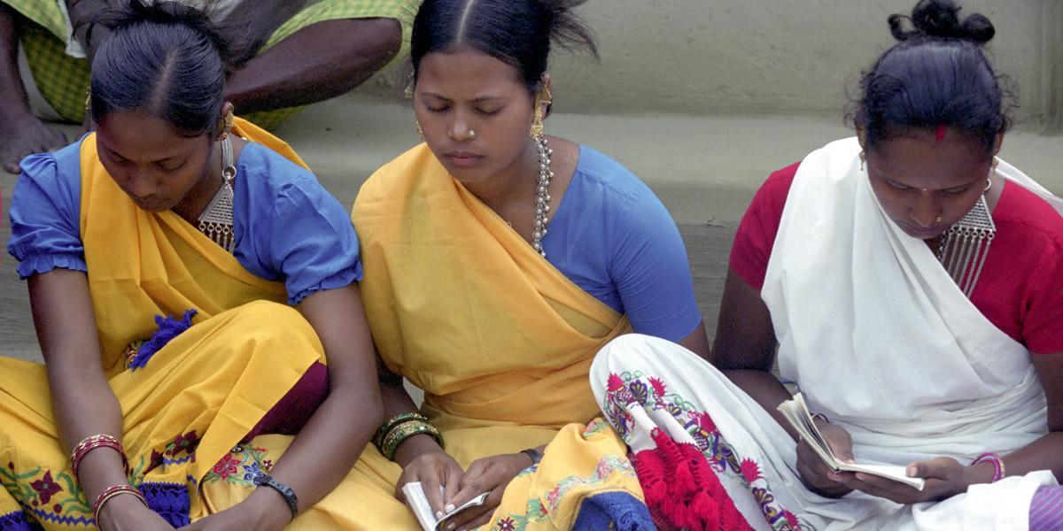 Bahai - Women Praying